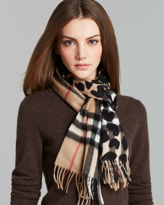 Burberry scarf slitage trend 2017 2