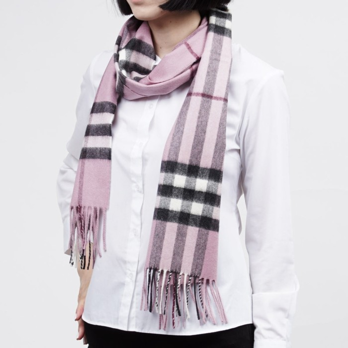 Burberry scarf slitage 2017 trend 20