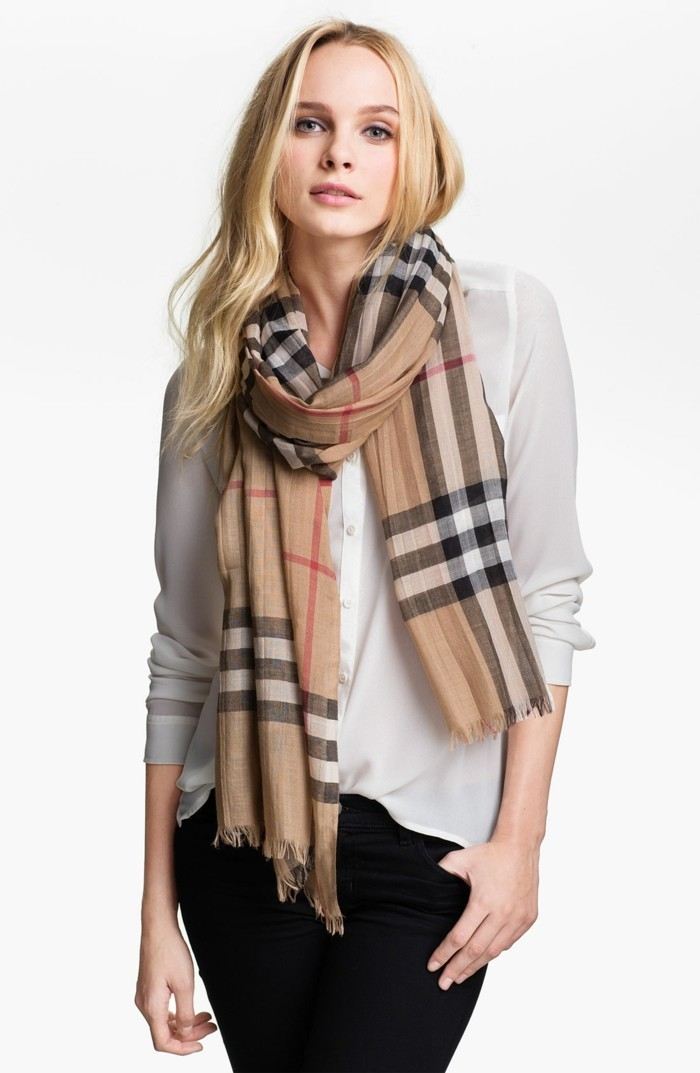 Burberry scarf slitage trend 2017 3