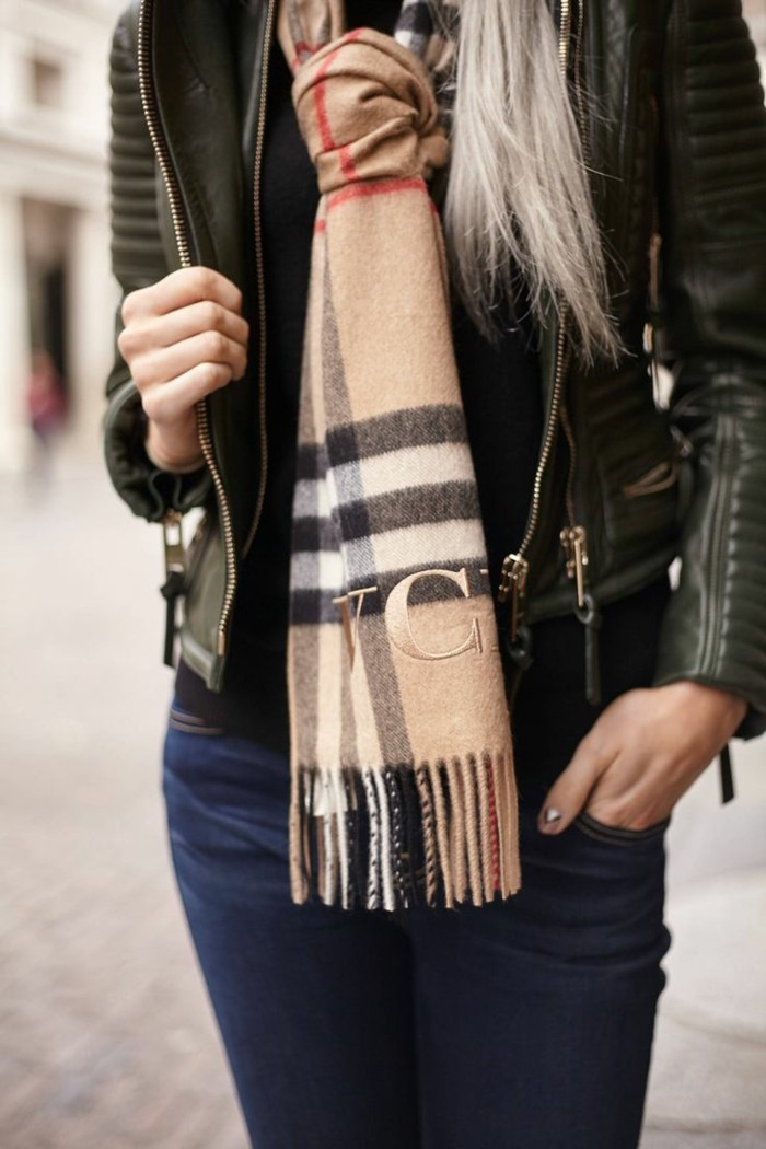 Burberry scarf slitage trend 2017