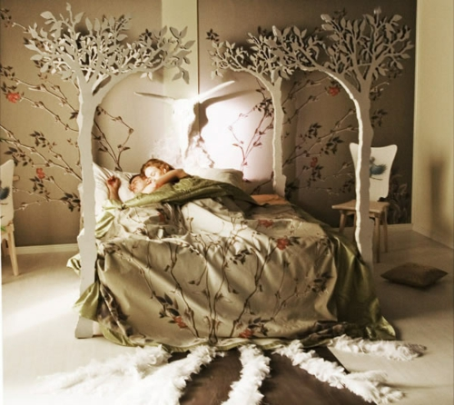 Wooden four-poster beds in the bedroom tree bedding