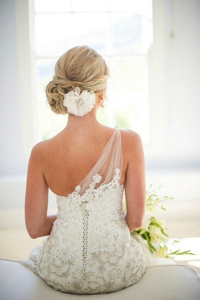 bridal hair-pinned up-to-haarschmuck-flower