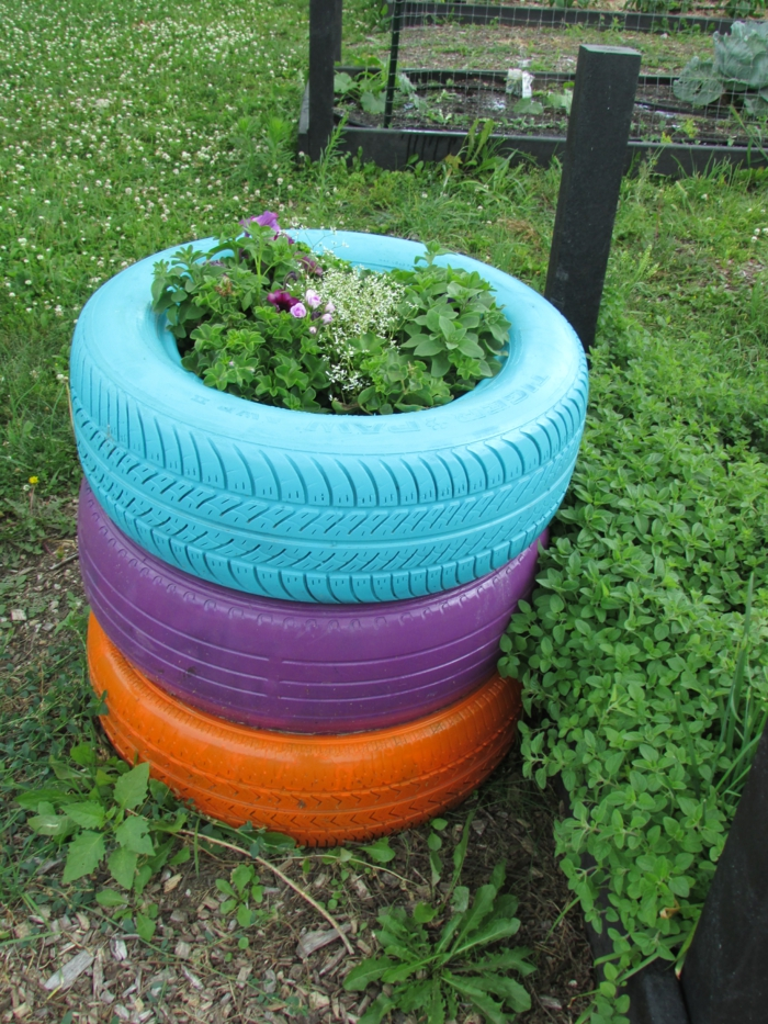 Gartendeko yourself make colored car tires flower container