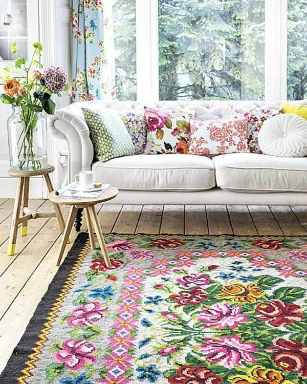 country house sofa stue farget teppe sidebord