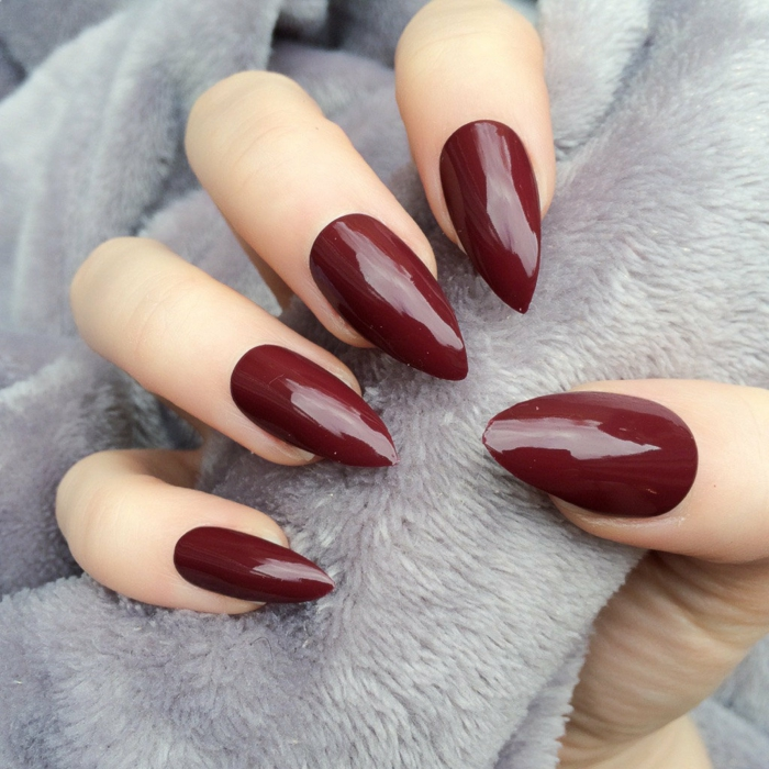 nail art design bordeaux mandel form ljusgrå filt
