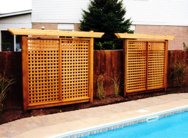 Privacy protection of wood in the garden pool