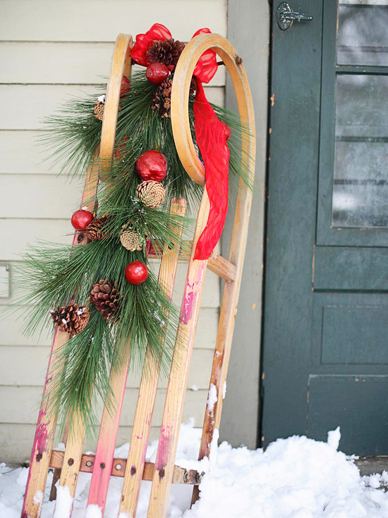 christmas deco red evergreen eingagng wood sledge